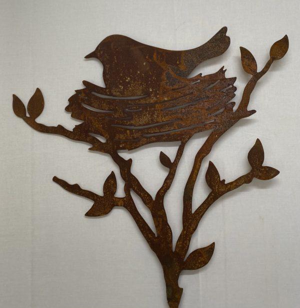 Oiseau dans nid en acier